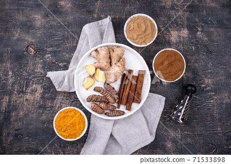 Powder of turmeric, cinnamon and ginger 71533898