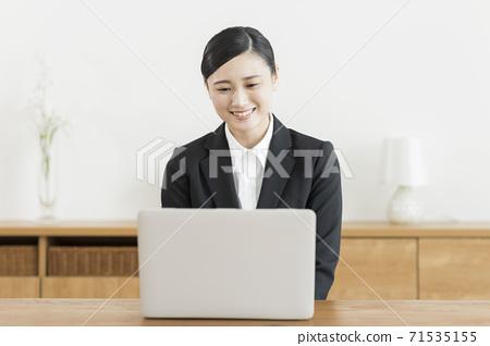 온라인 취업 활동을하는 여성 원격 면접 71535155