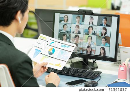 一個年輕人獨自一人在辦公室開會 71545857