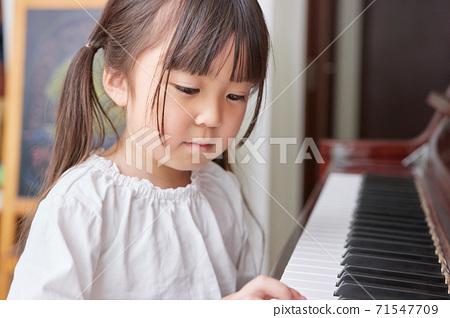 練鋼琴的女孩 71547709