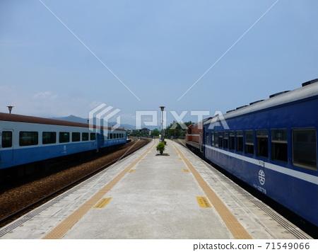 台坦東06/03/2013:台坦富木溪大象:台灣鐵路重建列車和普通汽車停靠站 71549066