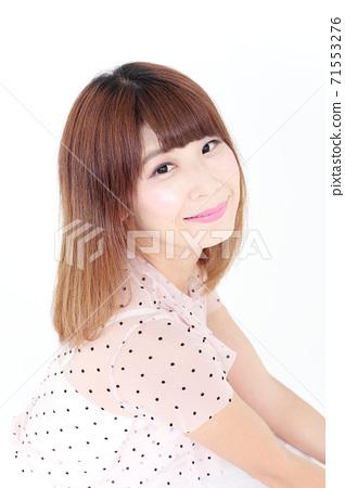 年輕女士的髮型 71553276