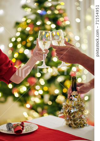 Couple toasting with champagne flutes 71554951