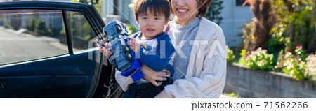 父母和孩子在戶外玩 71562266
