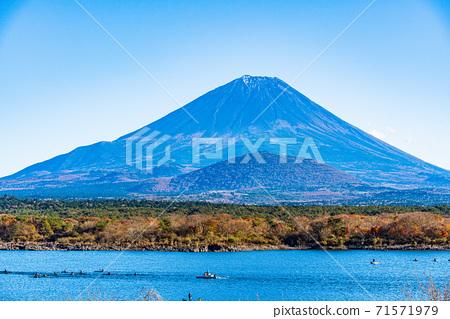 (山梨縣)與愛好湖運動和富士山的人們一起參加的秋天Shojinko 71571979
