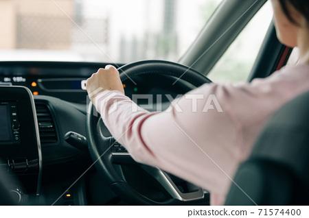 女人的手/驅動器圖像 71574400