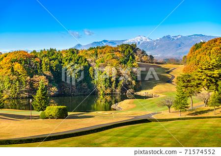 秋葉高爾夫球場在清晨水鏡池塘和雪山 71574552