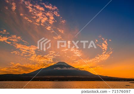 [山中湖日落時的富士山] 71576097