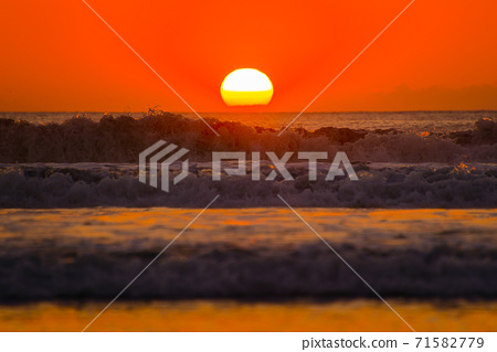 日落和大海 71582779