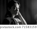 여성의 흑백 초상화 71583159