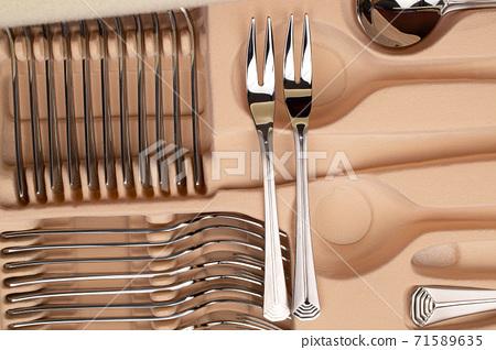 Steel cutlery on box 71589635