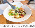 Salads in Taiwanese restaurants include vegetables, fruits, and sauces. 71595469