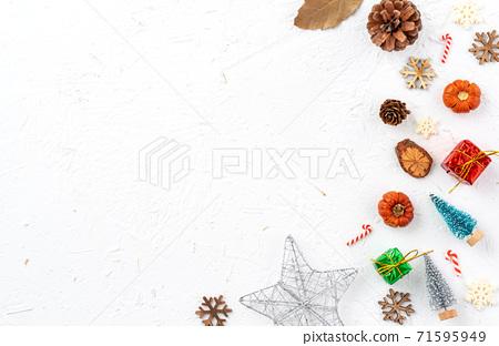 聖誕節 背景 頂視圖 假日 裝飾 禮物 桌子 頭頂上的 白色 冬天 節日的 聖誕快樂 聖誕卡 新年 71595949
