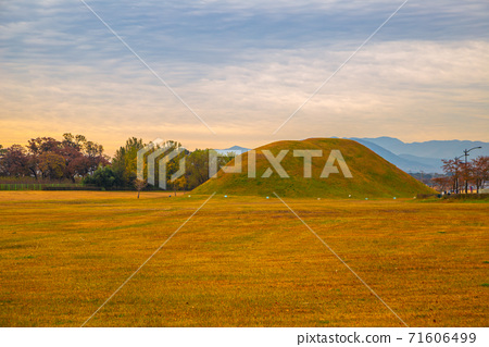 Sunset of Inwang-dong ancient tomb complex at autumn in Gyeongju, Korea 71606499
