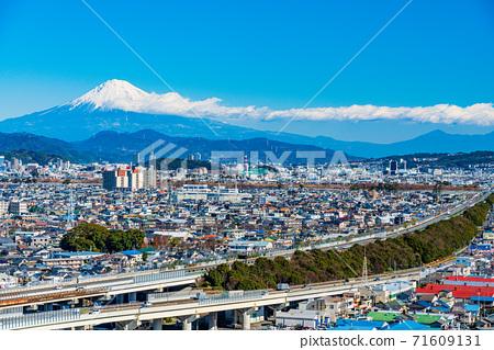 (靜岡縣)靜岡市東名高速公路的城市景觀富士山遠景 71609131