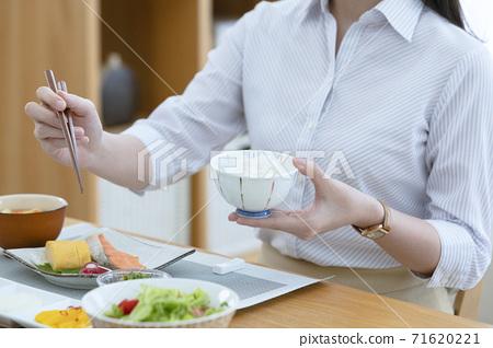 아침을 먹는 여자 71620221