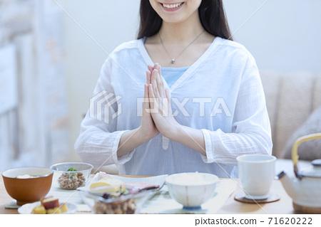 아침을 먹는 여자 71620222