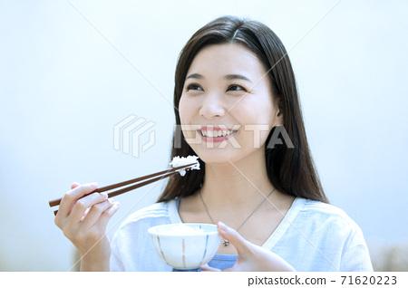 밥을 먹는 여자 71620223