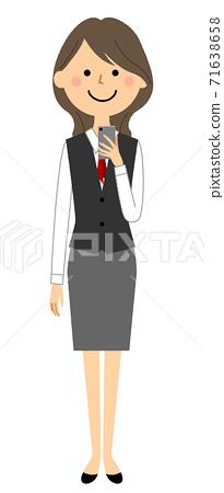 一個穿著智能手機的製服的女人 71638658