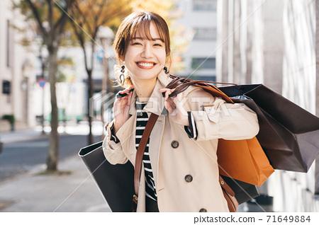 쇼핑을하는 여성 71649884
