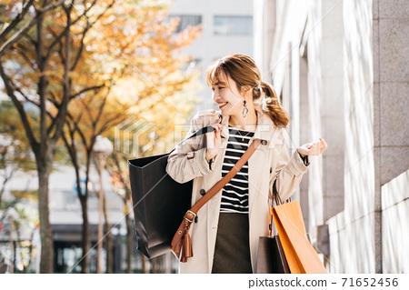 쇼핑을하는 젊은 여성 71652456