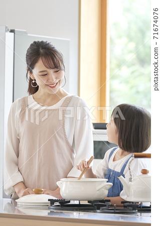 요리하는 모녀 71674076