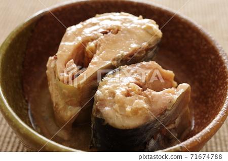在一個碗裡煮鯖魚 71674788