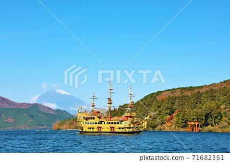 神奈川縣秋季箱根海盜船和富士山 71682361