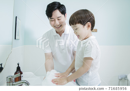 Concept of friendly family, Loving father and cute son 042 71685956