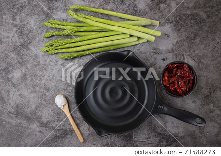 Close up of fresh green asparagus 136 71688273