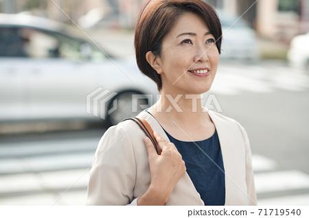 通勤上班的日本女商人,穿著西裝,她40多歲的女商人 71719540