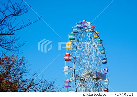 荒川遊樂園的新摩天輪和藍天秋葉特寫 71740611