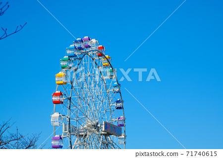 荒川遊樂園的新摩天輪和藍天秋葉特寫 71740615