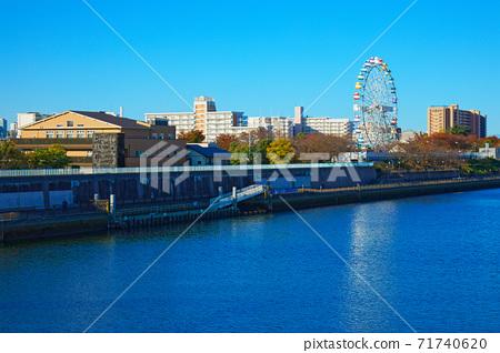 荒川遊樂園的新摩天輪和藍天秋葉 71740620