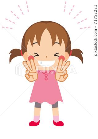 一個可愛的小女孩,笑容燦爛,喜出望外 71752221