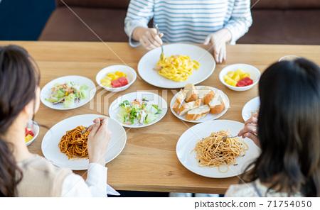 在一家餐館吃飯的年輕女子 71754050