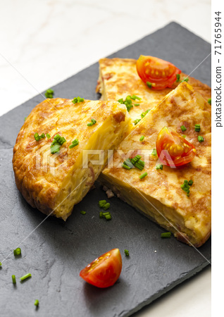 Spanish tortilla with tomatoes and chive 71765944