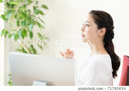 在辦公室補水的年輕女子 71795654