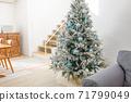 裝飾在房間裡的聖誕樹 71799049