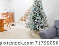 房間裡裝飾的聖誕樹(狗) 71799056