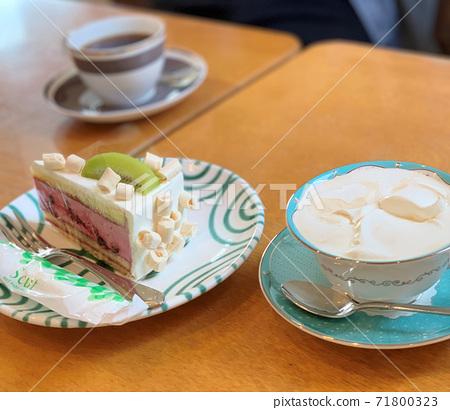 딸기 무스 케이크와 소시지 커피 71800323