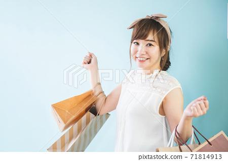 Woman shopping/shopping 71814913