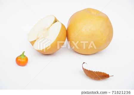 水果梨在秋天。 71821236