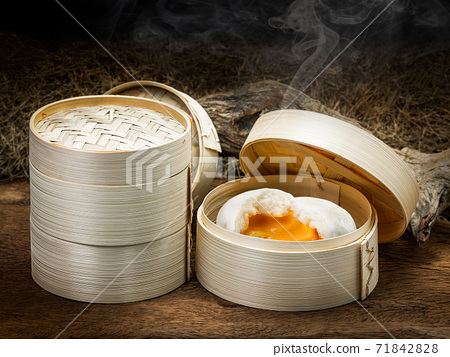 Creamy steamed bun 71842828