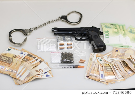 Drugs and money in euros, seized by the police. 71846696