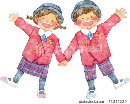 蓬鬆的製服,帶著微笑的手的孩子 71853229