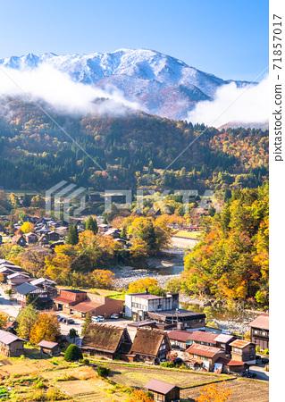 《Gifu Prefecture》 Autumn Shirakawa-go, autumn leaves gassho-zukuri village 71857017