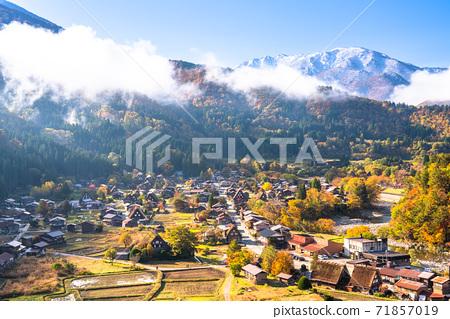 《Gifu Prefecture》 Autumn Shirakawa-go, autumn leaves gassho-zukuri village 71857019
