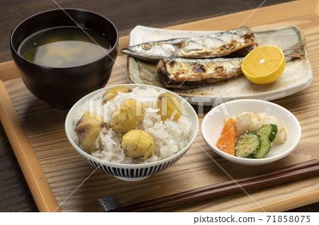 栗子飯和烤秋刀魚秋味 71858075