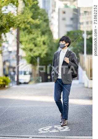 마스크를 착용 한 젊은 남성 71862252